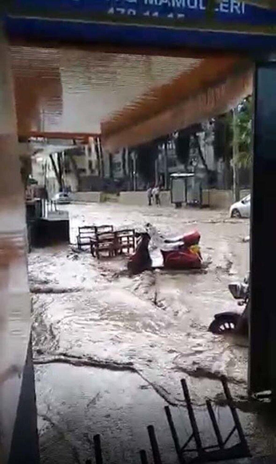 Yollar göle döndü. Sel suları önüne ne kattıysa sürükledi.