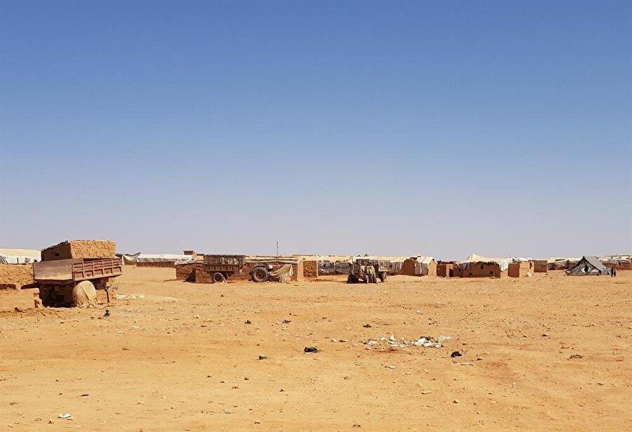 Kampta yaşayanlar, Esed rejiminin BM'nin Ürdün sınırından gönderdiği yardımları kesmesi sonucu 10 aydır en temel gıda yardımlarını bile alamıyor.