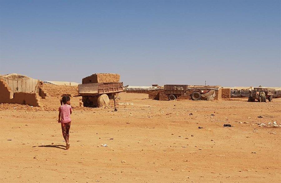Rukban Kampı'nda yaşayanlar en temel ihtiyaçların başında gelen gıda, eğitim ve sağlık gibi hizmetlerin hiçbirinden yararlanamıyor.
