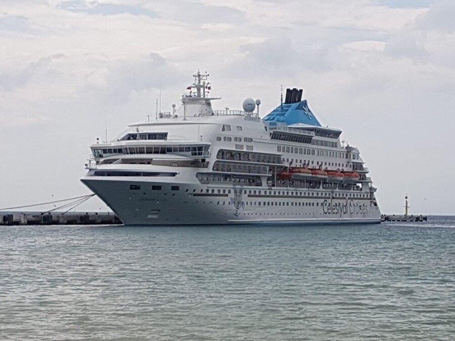 Kuşadası başta olmak üzere Ege Bölgesi'nde etkili olması beklenen tropikal fırtınanın etkisinin azalıp, yönünü değiştirmesinin ardından turist gemisi rotasını değiştirmekten vazgeçti ve Kuşadası'na geldi.