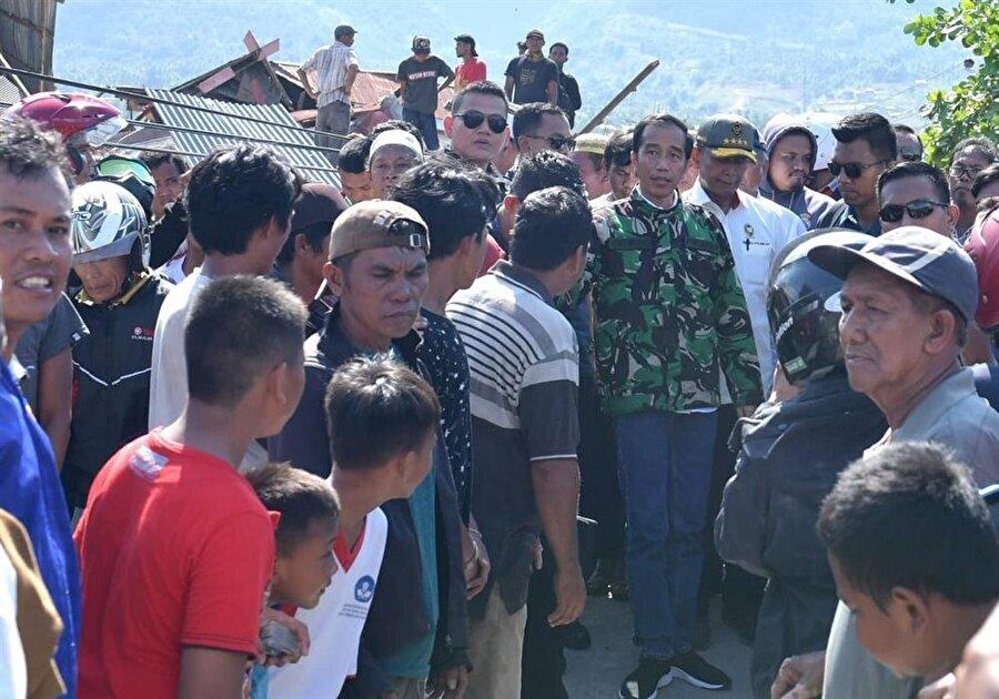 Devlet Başkanı Jojo Widodo (Kamuflajlı), afet bölgesine gelerek incelemelerde bulundu.