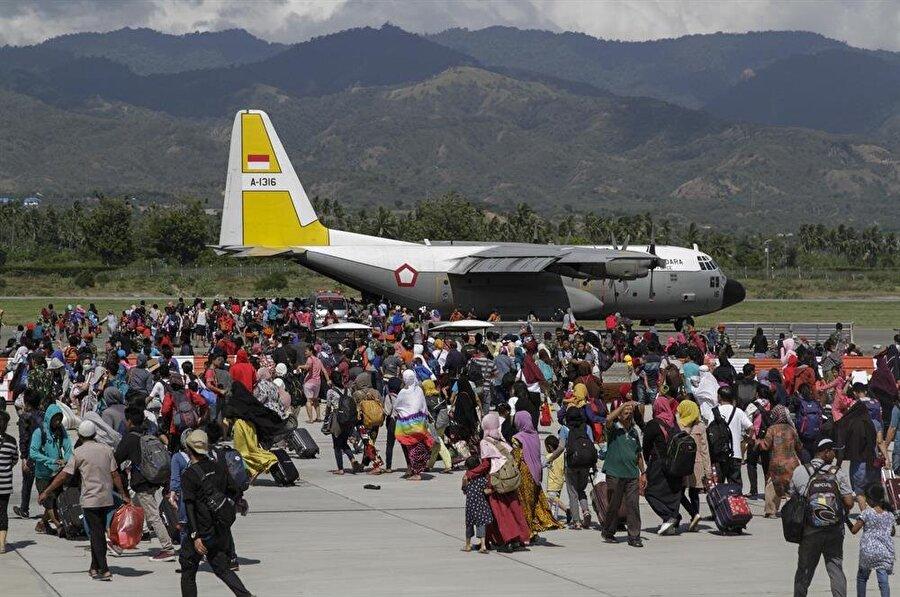 Bölge halkının bir kısmı, 2,4 milyon insanın hayatını etkilediği düşünülen depremin ardından Endonezya Hava Kubbetleri'nin uçaklarıyla bölgeden tahliye edildi. (Eko Siswono Toyudho / AA)
