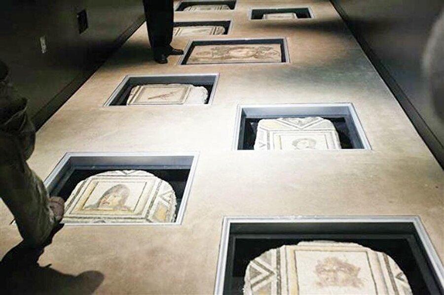 Mozaiklerin, Eva Marie Saint Tiyatrosu'nun lobisinde zemin süsü olarak kullandığı ortaya çıkmıştıEva Marie Saint Tiyatrosu'nun lobisinde zemin süsü olarak kullandığı ortaya çıkmıştı