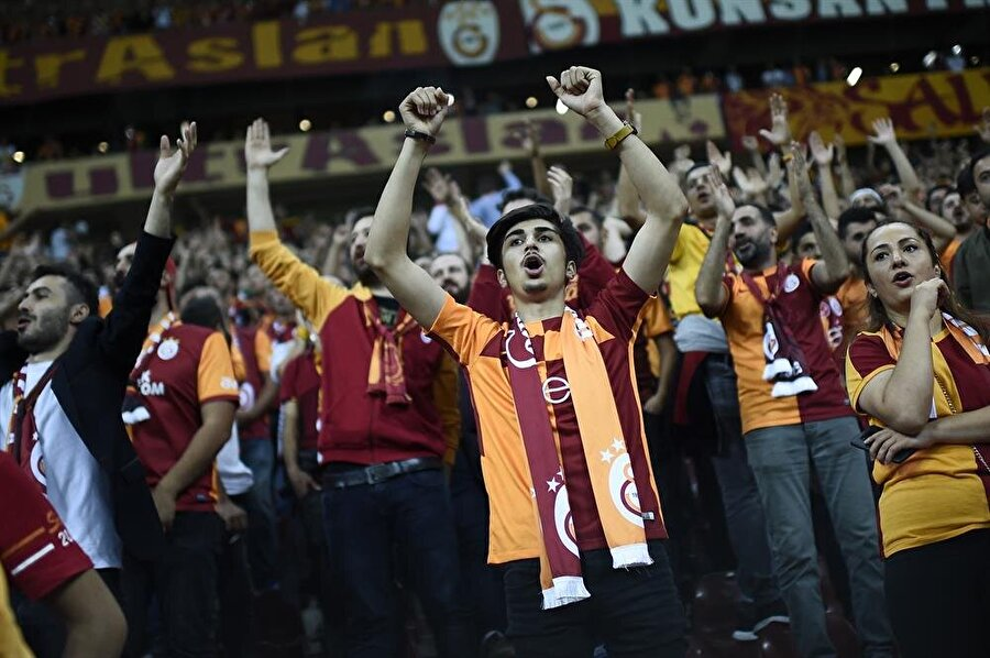 Galatasaray taraftarı, Türk Telekom Arena'da Lokomotiv Moskova karşısında takımını destekliyor.