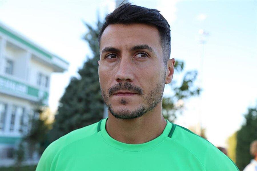 Makedon futbolcu, antrenman sonrasında basın mensuplarına açıklamalarda bulunuyor.
