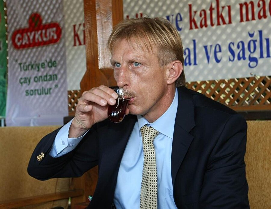 Fenerbahçe'de çalıştığı dönemde reklamların aranan yüzü olan Christoph Daum, çay içiyor.