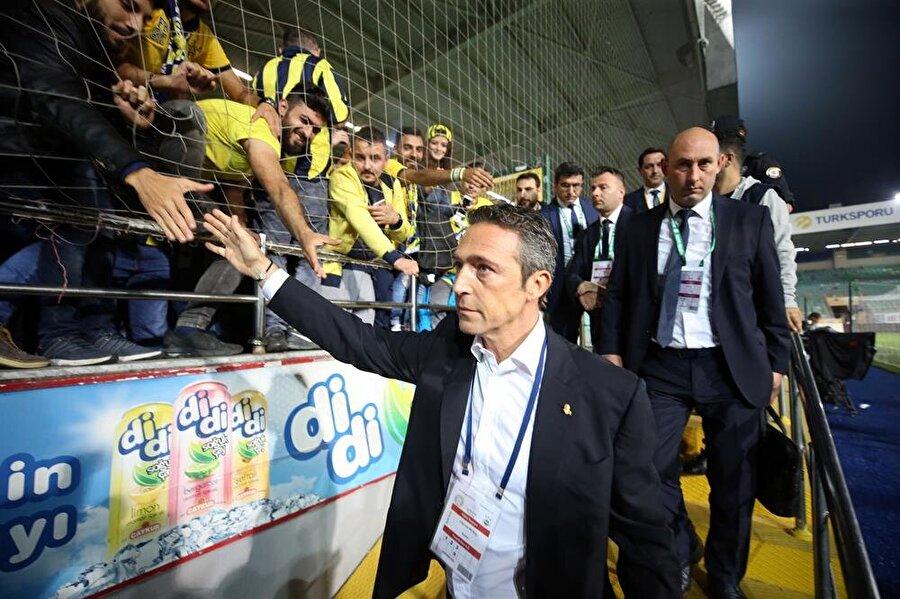 Ali Koç, Çaykur Rizespor mağlubiyetinin ardından tribünlere giderek taraftarları teselli etmiş ve özür dilemişti.