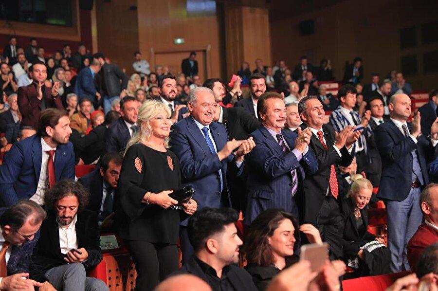 Mevlüt Uysal, Türk sanatçılarına güvendiğini ve içlerinde büyük cevher barındırdıklarını söyledi.