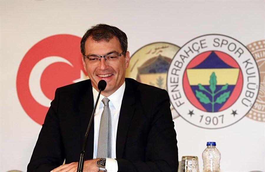 Fenerbahçe Sportif Direktörü Damien Comolli, yeni transferlerin imza töreninde açıklamalarda bulunuyor.