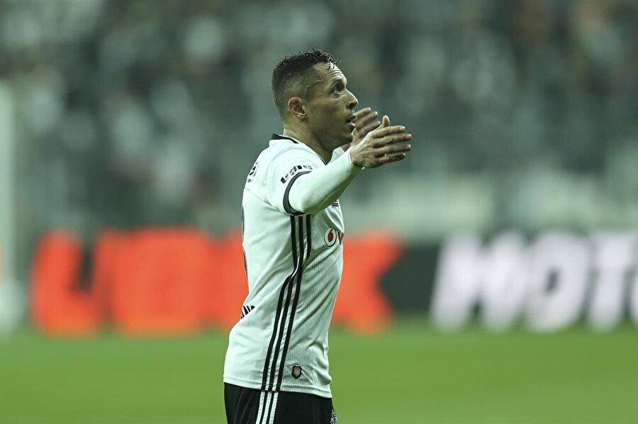 Beşiktaş'ın tecrübeli oyuncusu Adriano, sakatlığı nedeniyle kadroda yer almadı.