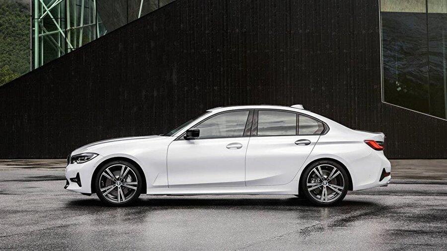 BMW'nin yeni otomobilinin yandan görünümü de klasik BMW tarzının izlerini yansıtmayı başarıyor.