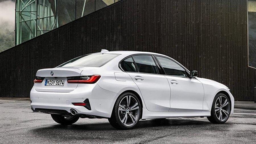 BMW'nin sportif havasını yansıtan, Bavyera tarzına adapte arka görünüm de kusursuz bir otomobil dizaynını karşımıza çıkarıyor.