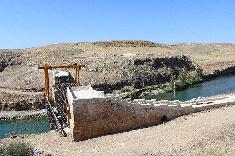 200 yıl önce köylülerin anlaşmazlığı sonucunda dinamitle patlatılan köprünün giriş kısımları ilk günkü gibi ayakta.