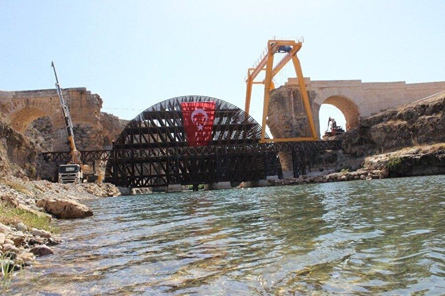 Köprüyü restore etmek için 2 dev vinç çalışıyor.