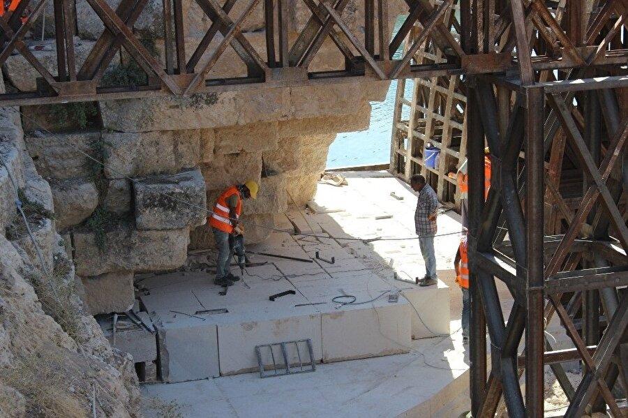 Köprüyü aslına uygun olarak inşa etmek için büyük bir ekip çalışıyor.