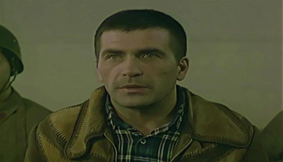 İftiraya uğrayan genç rolünü ise Ümit Acar oynamıştır.