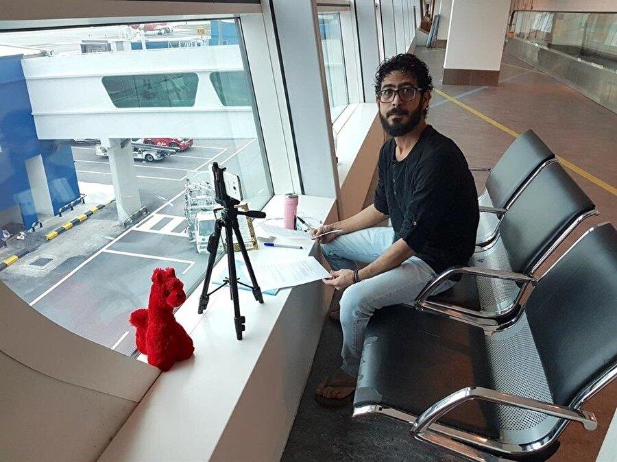 7 aydır Kuala Lumpur Havalimanı'nda yazı yazarak ve video çekerek zamanını geçiren el-Kontar Suriye'ye dönmek istemiyor.