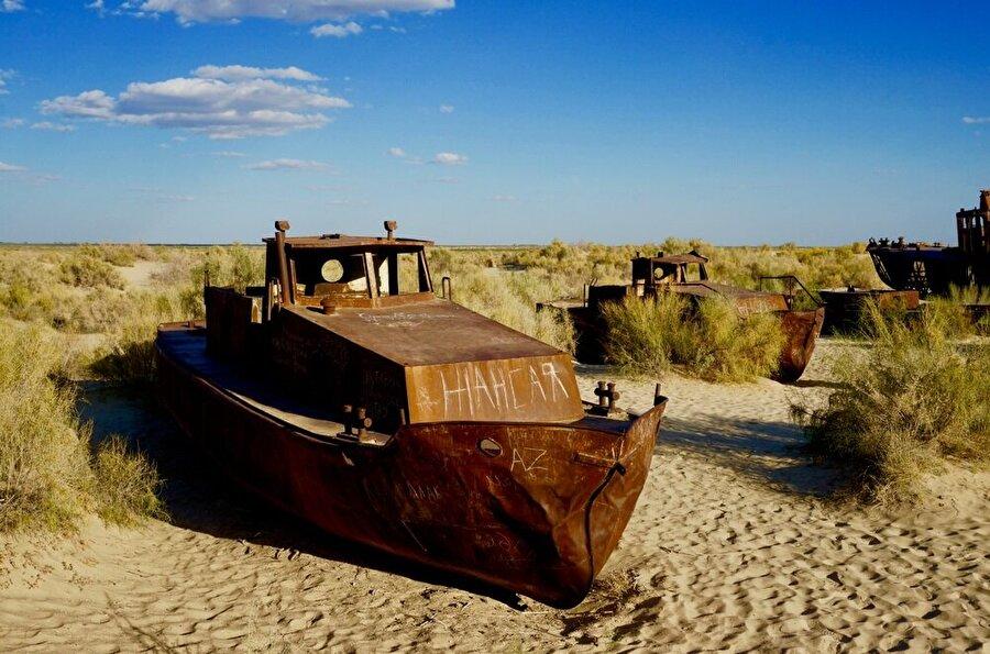 Gölün kuruması, kullanım dışı kalmış teknelerden oluşan bir manzara ortaya çıkardı.