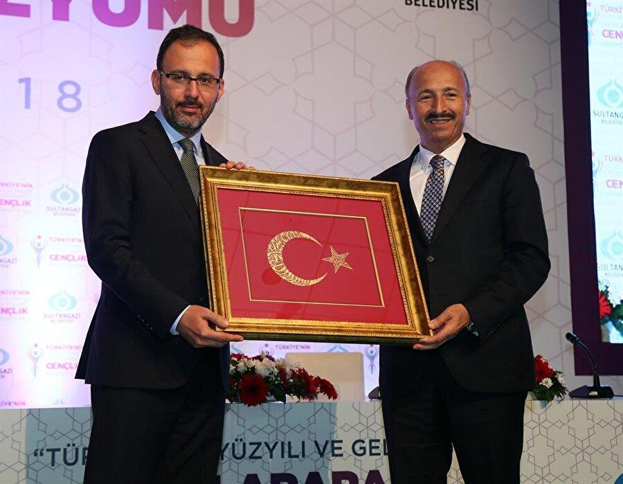 Sultangazi Belediye Başkanı Cahit Altunay, Gençlik ve Spor Bakanı Mehmet Kasapoğlu'na bir hediye takdim etti.