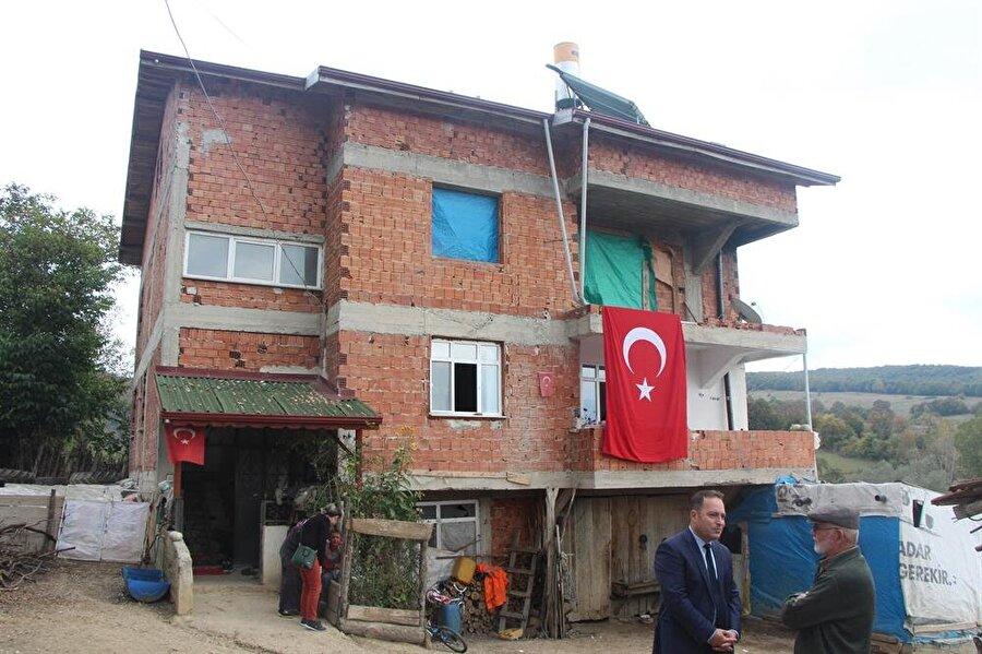 Şehidin baba evine ve evinin bulunduğu sokağa Türk bayrakları asıldı.