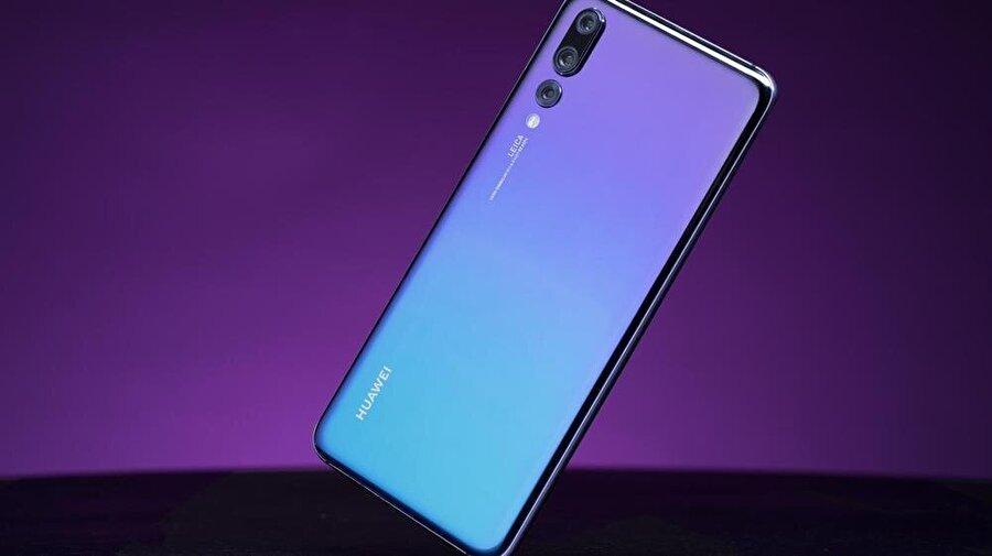 Huawei'nin üç arka kameralı P20 Pro'su. Dünyanın ilk üç arka kameralı akıllı telefonu olma özelliği taşıyan bu model aynı zamanda DxOMark testlerine göre dünyanın en iyi kameralı telefonu.