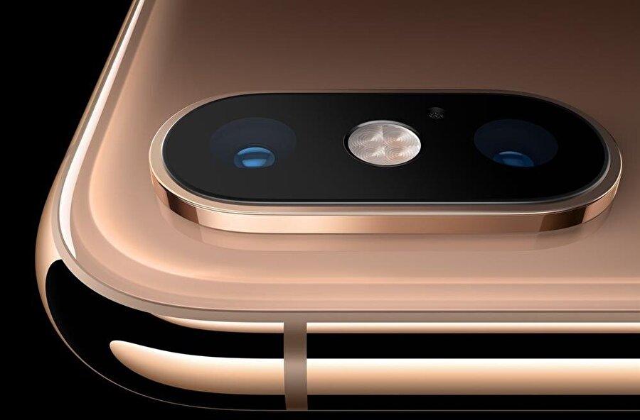 iPhone Xs Max'te 12 MP'lik çift arka kamera yer alıyor. Bu arka kameraların orta kısmında ise flaş bulunuyor.