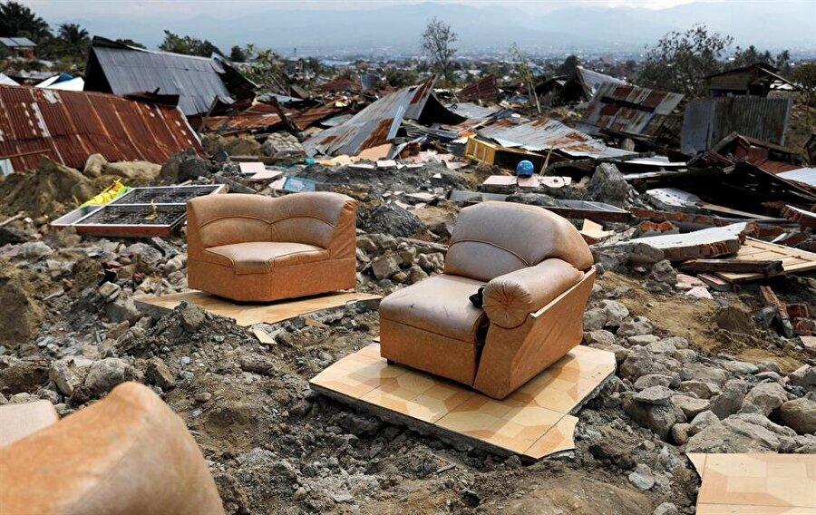 Depremin neden olduğu yıkıntı ve enkaz, tamir olunamaz yaraların yanısıra çok fazla maddi hasar bırakmış durumda.