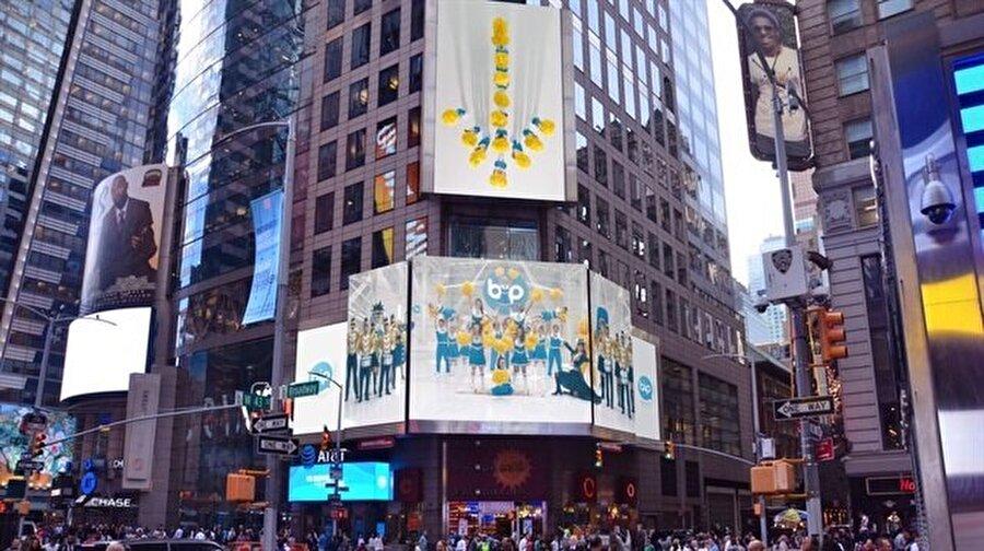BiP, yurtdışında birçok farklı merkezdeki reklam panolarını ve binalarını süslemeye devam ediyor.