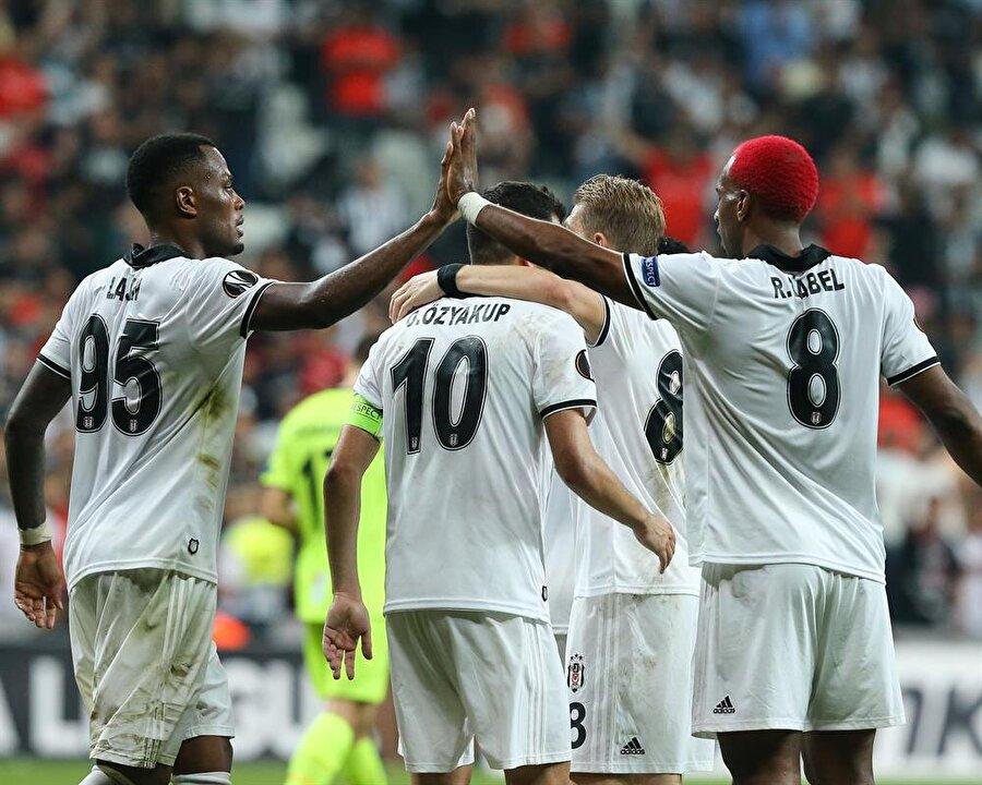 Ryan Babel ve takım arkadaşları, Sarpsborg karşısında öne geçiren golü kutluyor.