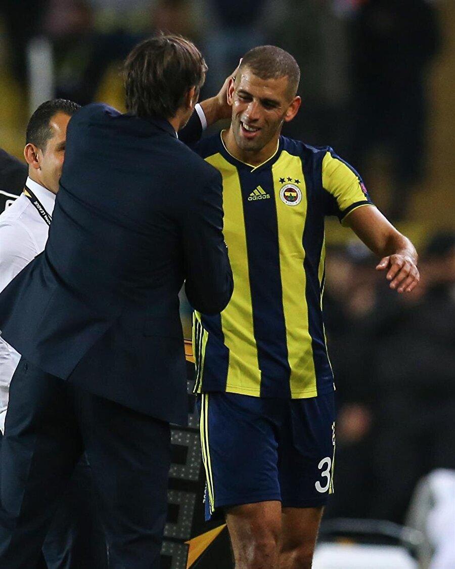 Fenerbahçe Teknik Direktörü Phillip Cocu, galibiyet gollerini atan Islam Slimani'yi tebrik ediyor.