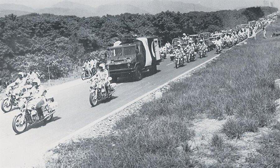 Ziya ül-Hak'ın cenaze merasimine büyük bir kalabalık katıldı.