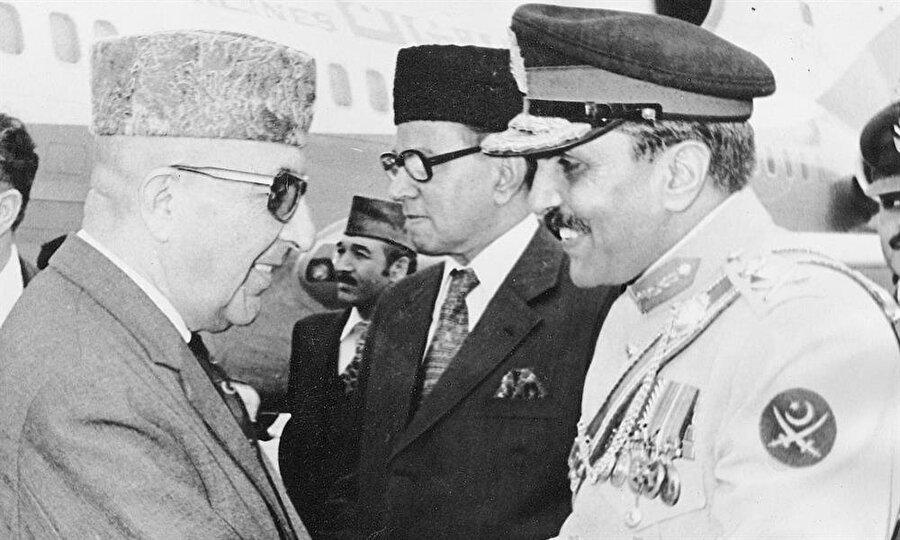 1978'de Afganistan Başkanı Muhammed Davud'u karşılarken.