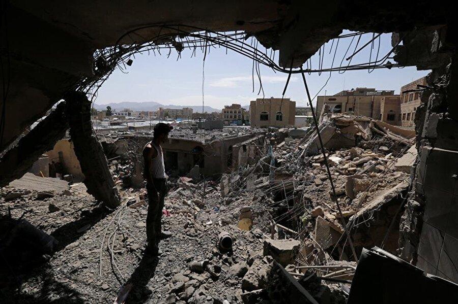 İran destekli Husilerin elinde bulunan başkent Sanâ, Suudi Arabistan liderliğindeki koalisyon tarafından birçok kez bombalandı.