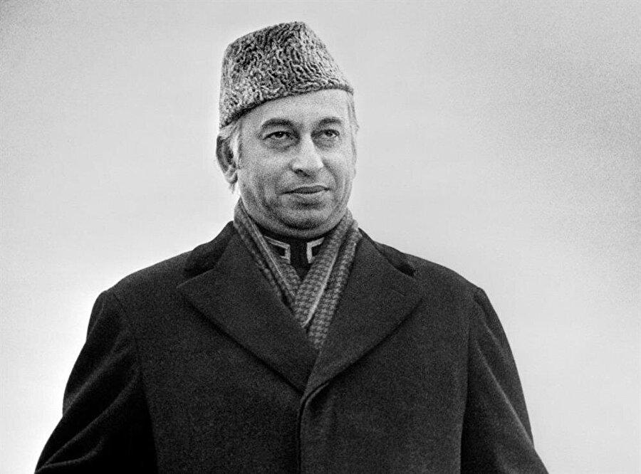 Zülfikar Ali Butto, Genel Kurmay Başkanı olarak seçtiği Ziya ül-Hak tarafından düzenlenen bir darbeyle devrildi.