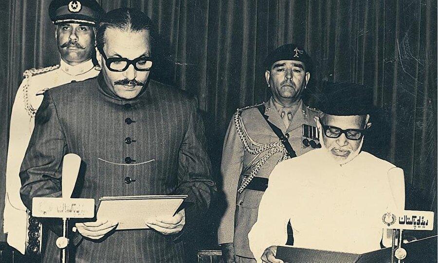 1980'de Devlet Başkanı olan Ziya ül-Hak kamuoyu önünde yeminini okuyor.