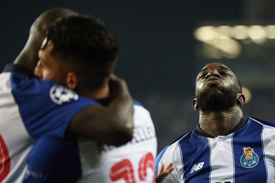 Porto forması giyen oyuncular, 49. dakikada gelen golün ardından böyle sevindi.