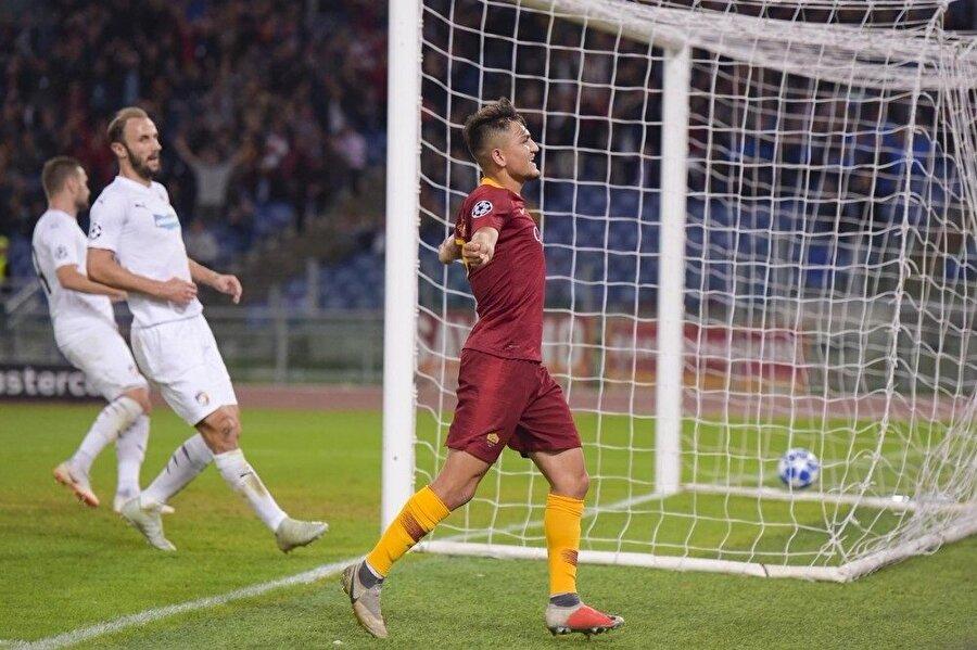 Cengiz Ünder, Viktoria Plzen karşısında attığı golü tribünlerle kutluyor.