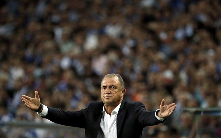 Fatih Terim, Porto deplasmanında takıma uyarılarda bulunuyor.