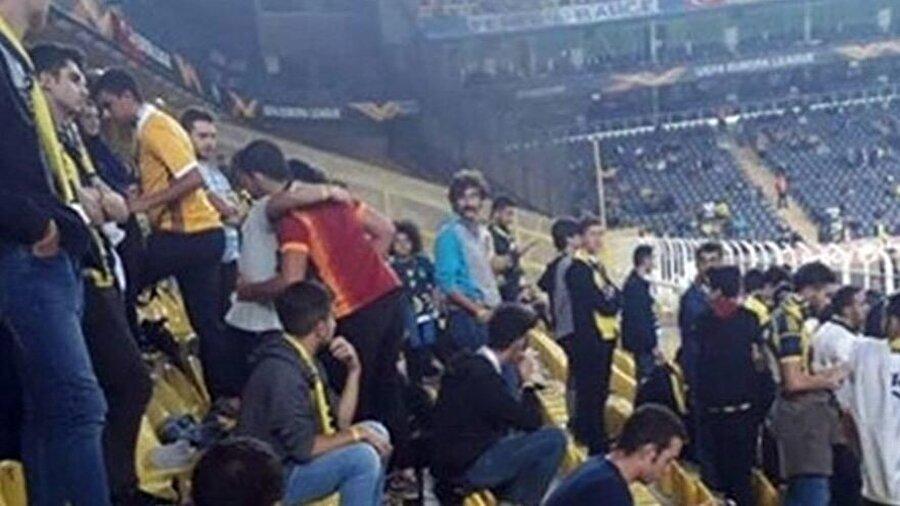 Fenerbahçe'nin Avrupa Ligi'ndeki maçını izlemeye gelen Galatasaray taraftarı, sarı lacivertli taraftarlar tarafından oldukça sıcak karşılandı.