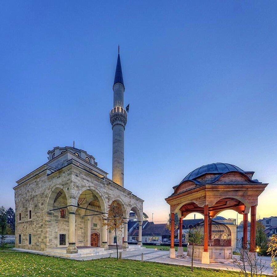 Bosna savaşı sırasında 7 Mayıs 1993'te Sırplar tarafından dinamitle havaya uçurulan ve yeniden inşa edilen Ferhadiye Camii.