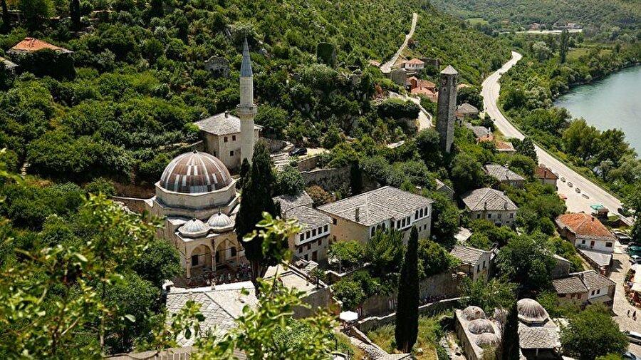 Mostar Köprüsü'nün yakınında yer alan tarihi Koski Mehmed Paşa Camiii.