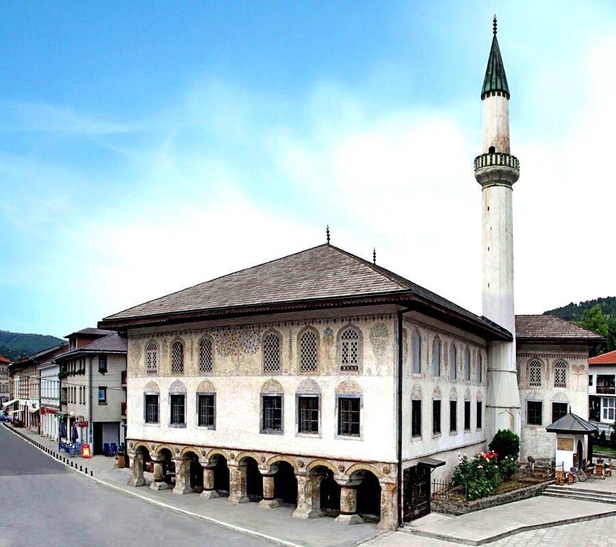 Bosna'nın Travnik kentinde bulunan Alaca Camii.
