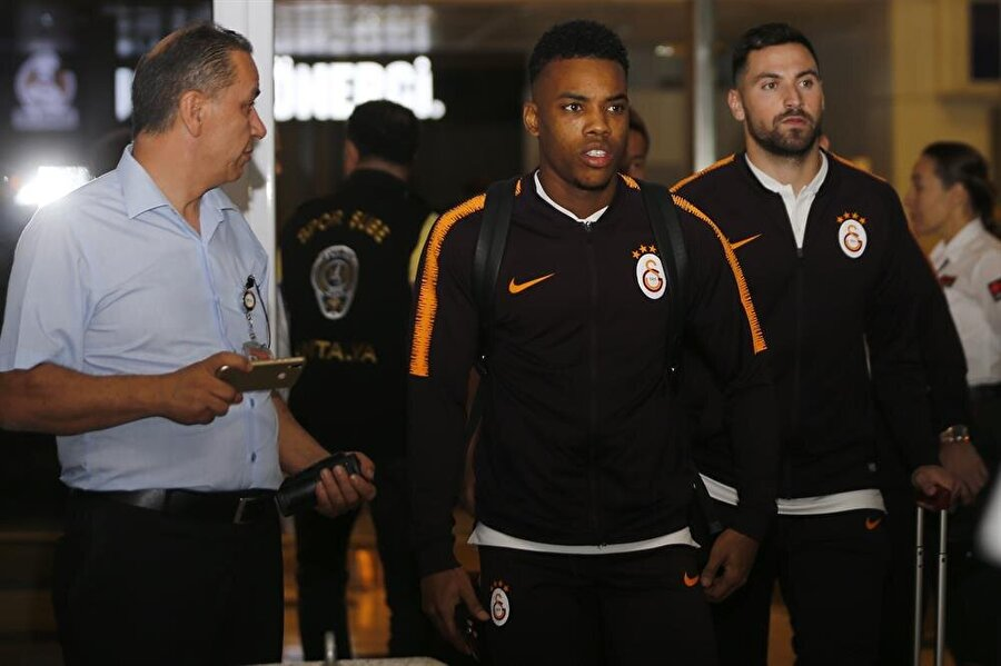 Garry Rodrigues ve Sinan Gümüş Antalya havalimanında taraftarın yoğun ilgisiyle karşılaştı.
