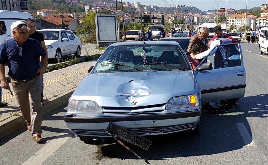 İki öğrenciye çarpan Oğuz K.'nın aracındaki hasar kazanın şiddetini gösteriyor.