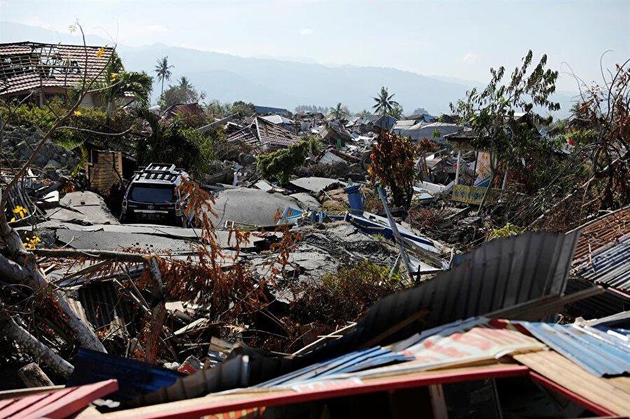 Kurtarma ekipleri enkazların ardında binlerce yaralı daha olduğunu tahmin ediyor.