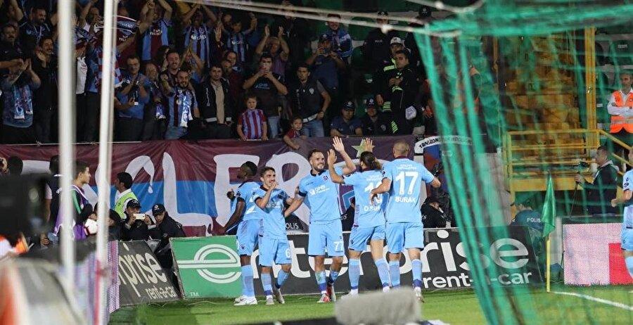 Trabzonsporlu futbolcular, Akhisar deplasmanındaki golleri böyle kutladı.