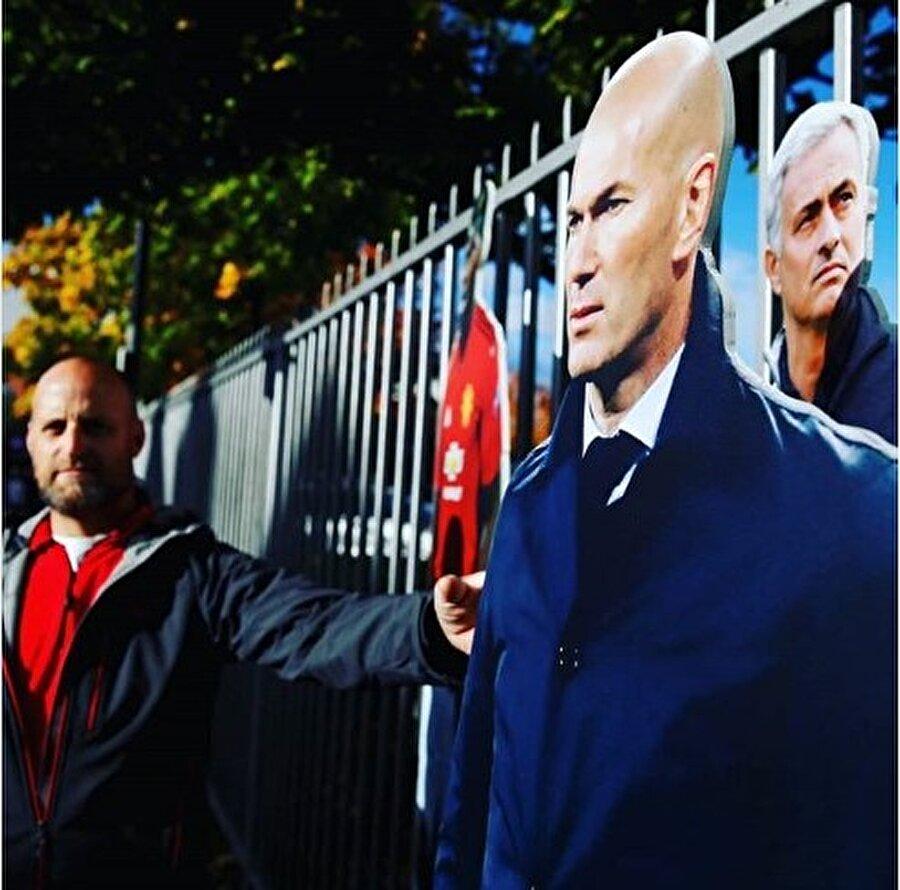 United'lı taraftar Zidane maketiyle birlikte.