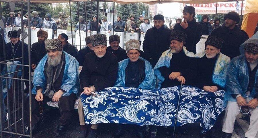 Sokaklara dökülen İnguşlar arasında yaşı ilerlemiş olanlar da vardı.