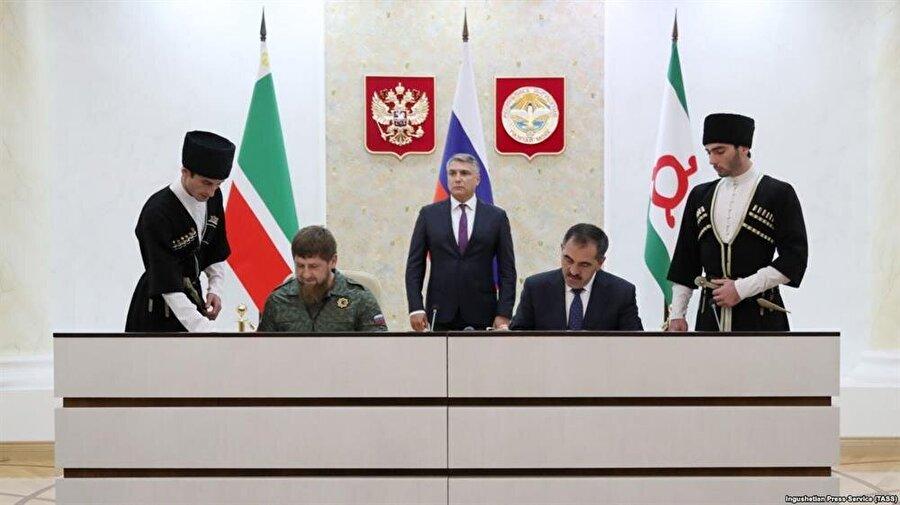 İnguşetya Cumhurbaşkanı Yunusbek Yevkurov ile Çeçenistan Cumhurbaşkanı Ramazan Kadırov, yeni sınır anlaşmasını imzalarken.
