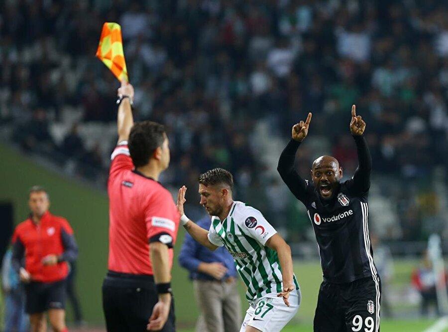 Beşiktaş forması giyen Vagner Love kalkan ofsayt bayrağına tepki gösteriyor.